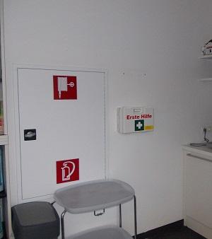 Montage von Erste Hilfe Verbandskästen